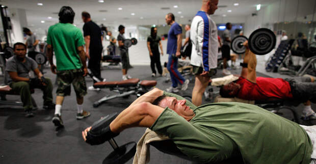 Тестостероновый бонус Плохи новости для всех любителей активной жизни: уровень тестостерона начинает падать после 30 лет, что может повлиять на всю структуру организма. Половое влечение, качество спермы и даже плотность костной ткани зависят именно от этого гормона. А вот и новость хорошая: регулярное занятие с тяжестями может повернуть этот процесс вспять. Сформировавшиеся же мышцы также будут поддерживать здоровый уровень тестостерона, тогда как жир будет влиять на него негативно.
