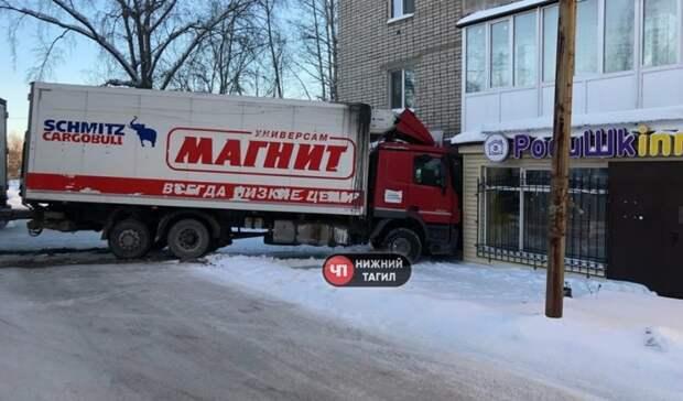 ВНижнем Тагиле фура «Магнита» врезалась вжилой дом