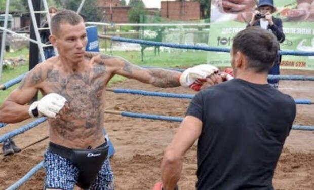 Криминальный бродяга вышел на самодельный ринг против бойца без правил