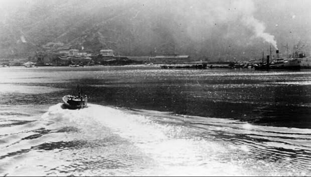 Катер с капитаном Holland-ом jотплывает от «Dunkerque». Через несколько минут разразится ад