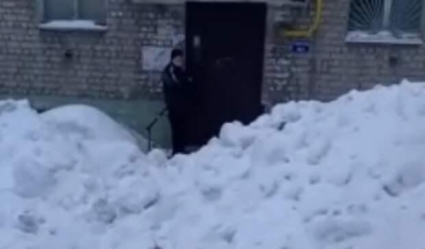 Казанцы пожаловались науборку снега прямо кдвери подъезда