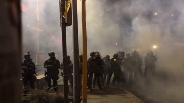 Протестующий ударил в лицо полицейского после оглашения приговора убийце Флойда