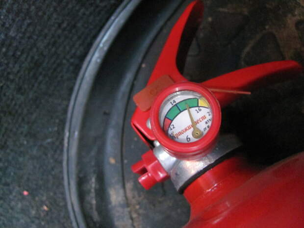 Исправный огнетушитель с нормальным давлением