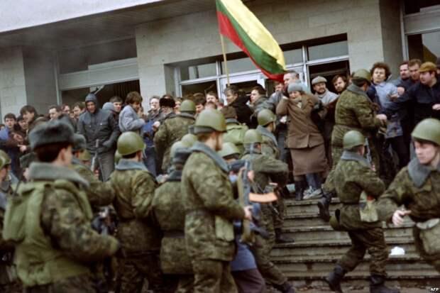 Советские десантники стоят в оцеплении во время митингов за выход Литвы из состава СССР. Вильнюс, январь 1991 года.