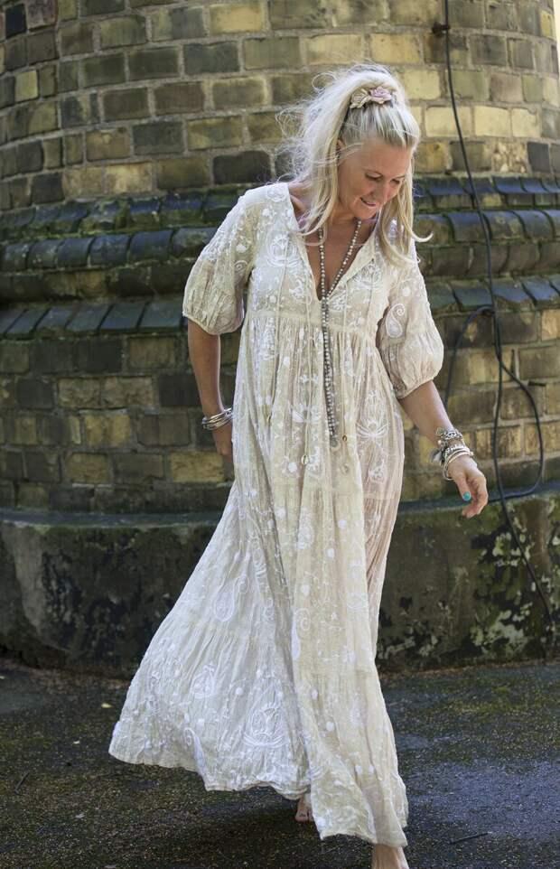 Взрослая женщина в платье в стиле бохо с кружевом. /Фото: i.pinimg.com