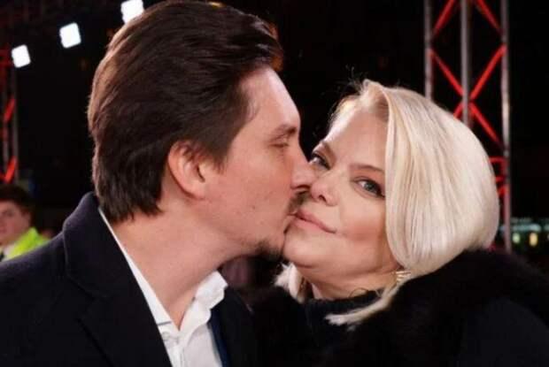 52-летняя Поплавская спустя пять лет приняла предложение молодого возлюбленного