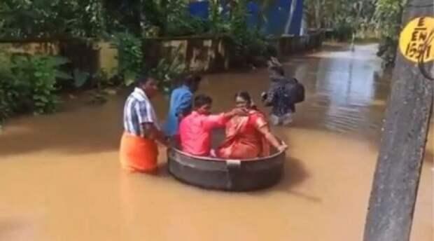 Индийские молодожены приплыли на свою свадьбу в кастрюле
