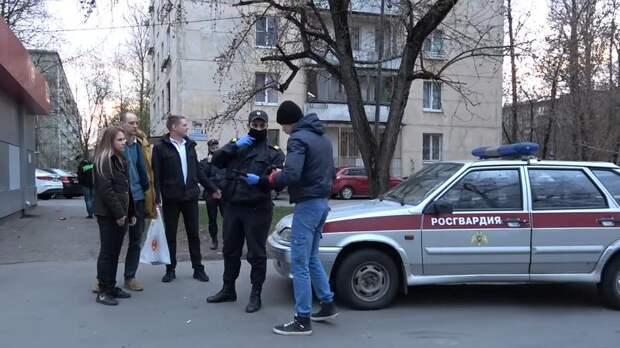 Драка активиста движения «СтопХам» с девушкой в Петербурге попала на видео
