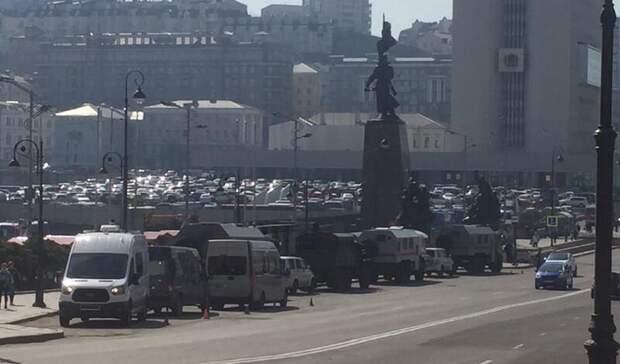Перекрыто: вцентр Владивостока стянули ОМОН испецтехнику— фото