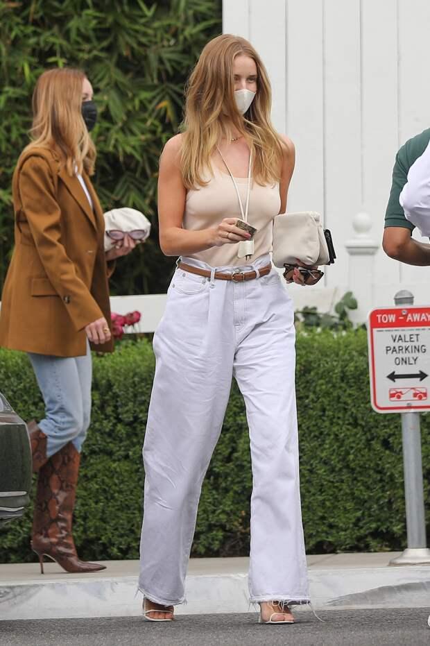 Роузи Хантингтон-Уайтли открыла модный секрет: правильные белые джинсы не полнят