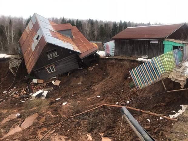 Жилые дома пострадали от оползня на берегу Камы в Пермском крае