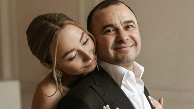 Поблагодарил за сына: Виктор Павлик подарил молодой жене необычный подарок сразу после родов