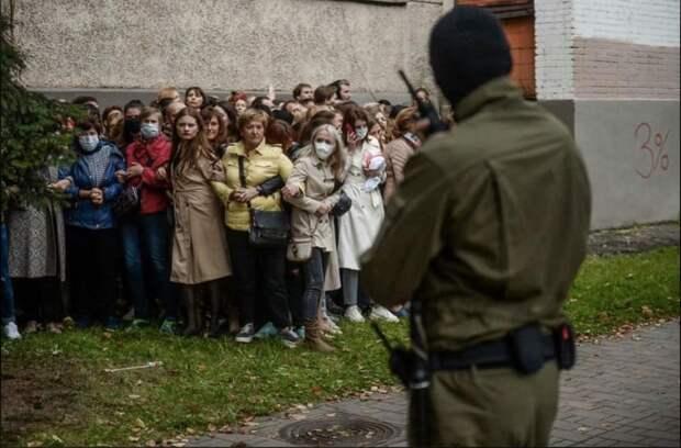 На изображении может находиться: 5 человек, люди стоят и на улице