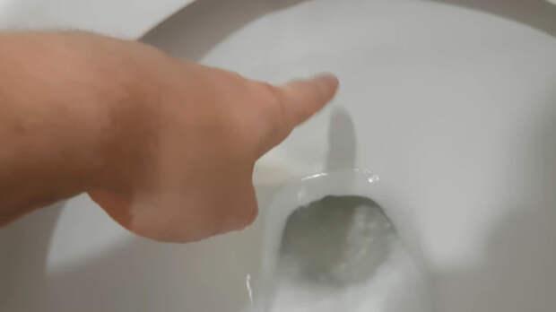 Протекающий унитаз легко исправить всего за 2 минуты
