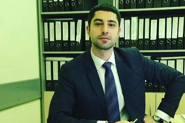 Бегал и бил по машинам в элитном ЖК: Чиновника из Минфина задержали в Москве