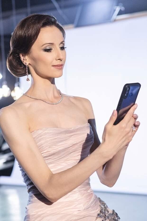 Светлана Захарова с телефоном...