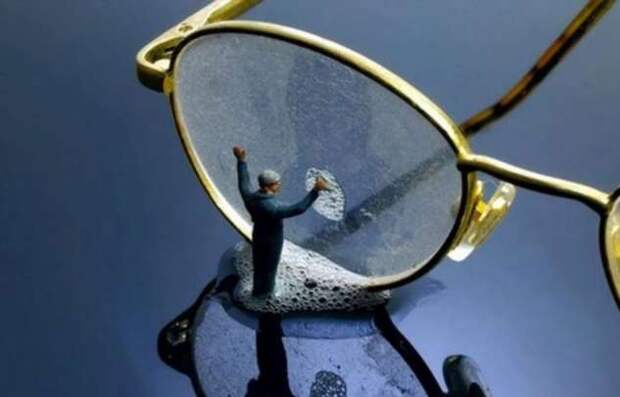 Простой способ очистить стекло очков без салфетки