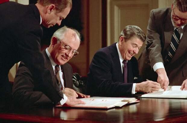 Генеральный секретарь ЦК КПСС Михаил Горбачёв и президент США Рональд Рейган подписывают Договор о РСМД 8 декабря 1987 года