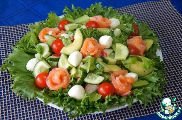 Салат с авокадо, семгой и моцареллой