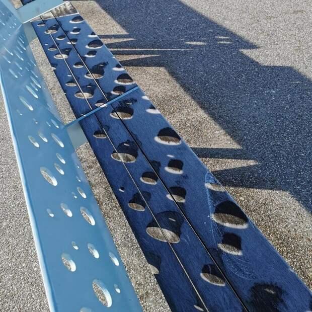 Солнце плавит лед на скамейке в трехмерные цилиндрические формы