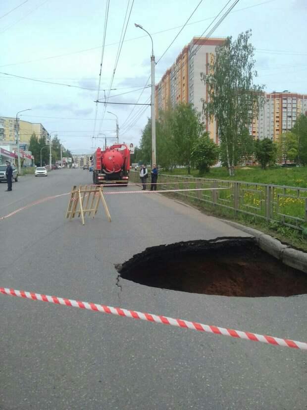 Провал асфальта на улице Петрова в Ижевске устранят в среду