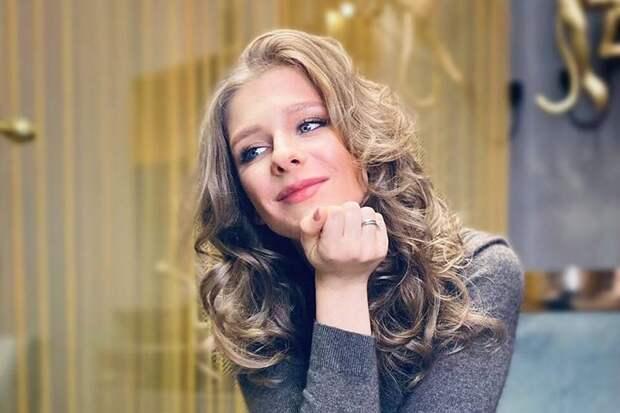 «Царица»: сказочная фотосессия Лизы Арзамасовой восхитила поклонников