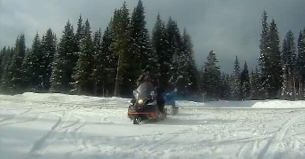 """Народная месть! На Урале парни на снегоходе разбили машину оператору """"треноги"""""""