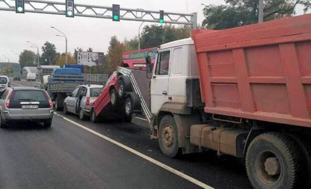 Прицеп взял удар на себя bmw, авария, авто, авто авария, видео, грузовик, дтп, прицеп