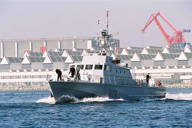 Французские траулеры отошли от Джерси после прибытия британских ВМС