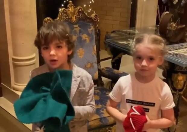 Дети Пугачевой и Галкина умилили подписчиков чтением рождественских стихов