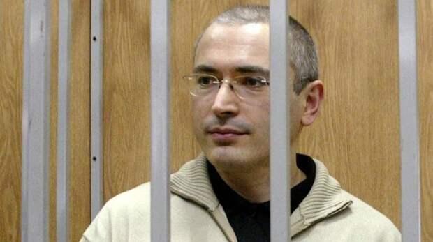 Живут за границей Судьба владельца «ЮКОСа» Михаила Ходорковского известна всем: арест в 2003-м, два судебных процесса (обвинили в мошенничестве, уклонении от налогов и др.), длительный срок заключения. 20 декабря 2013 г. Михаил Ходорковский был поми банки, история, семибанкирщина