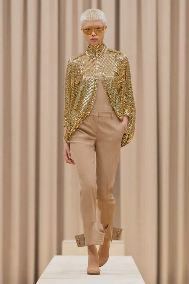 женственность Burberry: невидимая обувь, прозрачные кольчуги и много-много золота