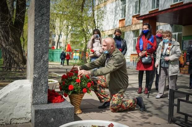 Лидер общественного движения Тимофей Баженов почтил память павших за Родину / Фото: Максим Манюров