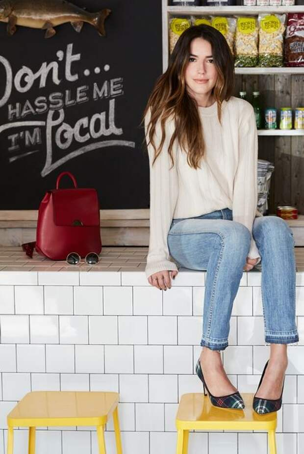 Свитер + короткие джинсы + клетчатые туфли