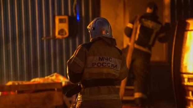 Двухэтажное здание офиса загорелось на западе Москвы