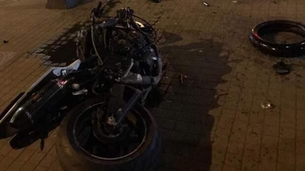 Авария дня. Гонявший назаднем колесе мотоциклист попал всерьезное ДТП