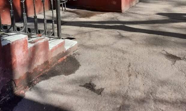 Двор дома по Анадырскому проезду очистили от мусора