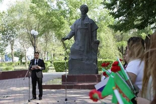 В Астрахани возложили цветы к памятнику Махтумкули Фраги в честь праздника Туркменистана