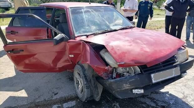 На крымской трассе пассажирку «ВАЗ» зажало в машине после лобового столкновения