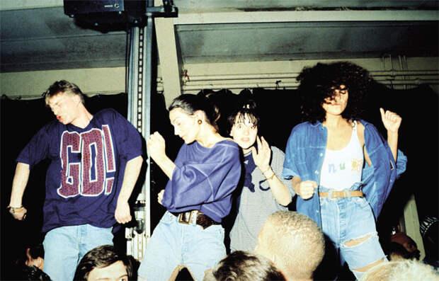Возникновение рейва связывают с появлением музыки эйсид-хаус вконце 80-х.