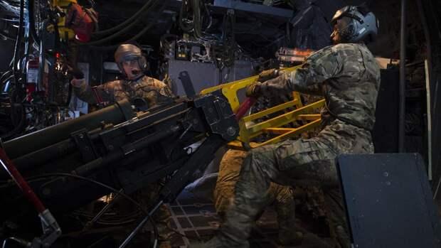 Стрелки возле 105-мм орудия в самолетеогневой поддержки AC-130U Spooky