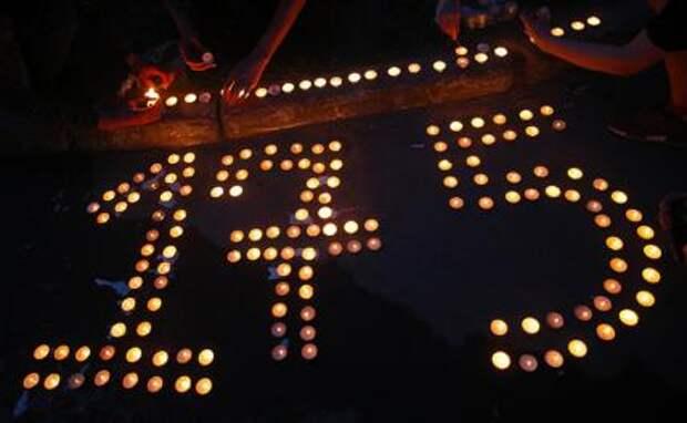 На фото: число 175, выложенное из свечей, у школы № 175, где в результате стрельбы погибли люди