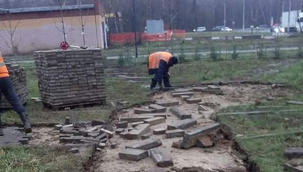 В Саду камней памяти и славы в Подольске приступили к размостке дорожек