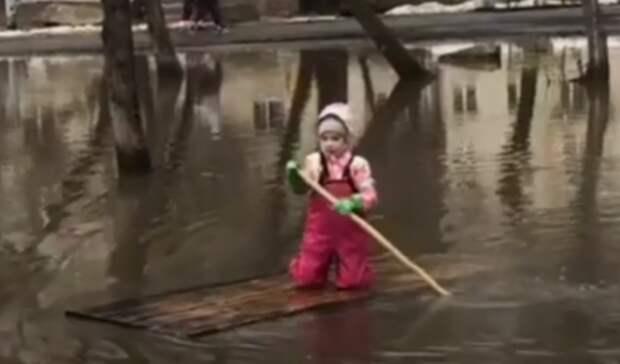 Наимпровизированных «гондолах» плавают дети взатопленном парке Екатеринбурга