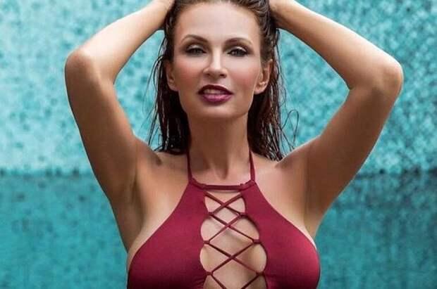 Как 48-летняя звезда из 90-ых Эвелина Бледанс демонстрирует фигуру и «новую» грудь.