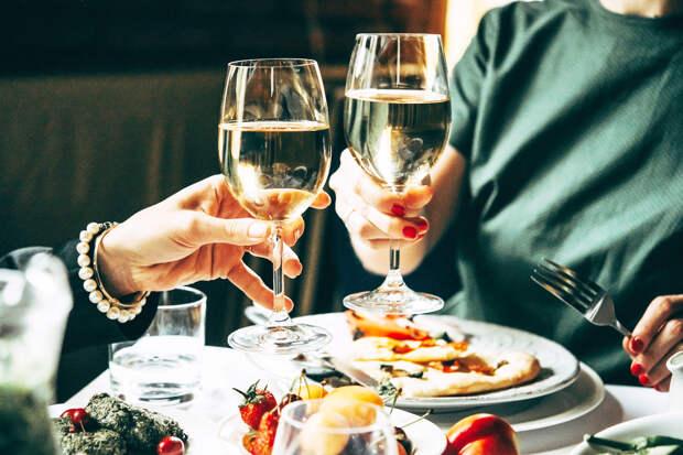 Красное и белое: как заказывать вино, чтобы не разориться и не разочароваться