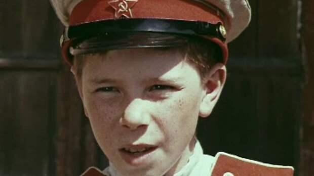 «По секрету всему свету» о том, как сложилась судьба мальчишки сыгравшего Дениску Кораблёва