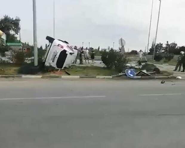 В Феодосии возле автозаправки перевернулся внедорожник. Видео