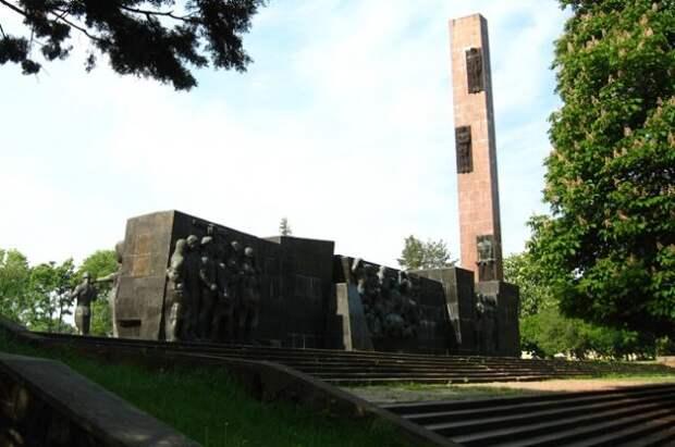 Во Львове начали демонтаж Монумента славы Советской армии