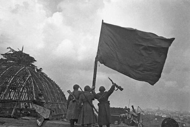Группа капитана Макова: кто первым установил красное знамя над Рейхстагом